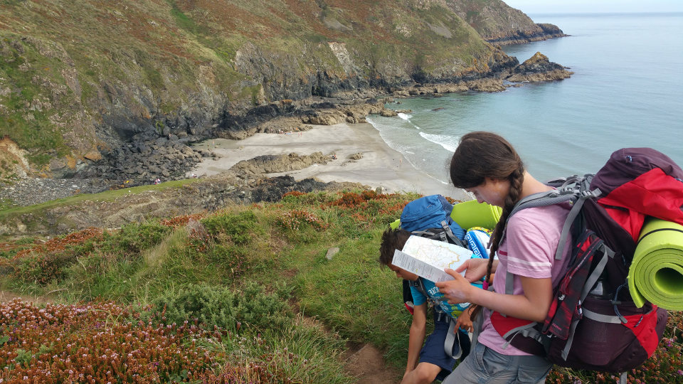 Kinder studieren Wanderkarte