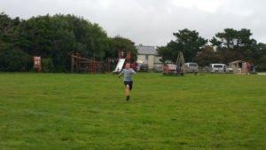 Kind rennt auf Spielplatz