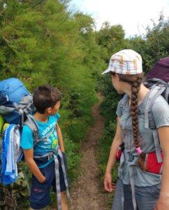 Kinder auf einem fast zugewachsenen Weg