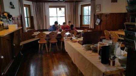 Die Gaststube des Hochweißsteinhauses mit Frühstücksbuffet.