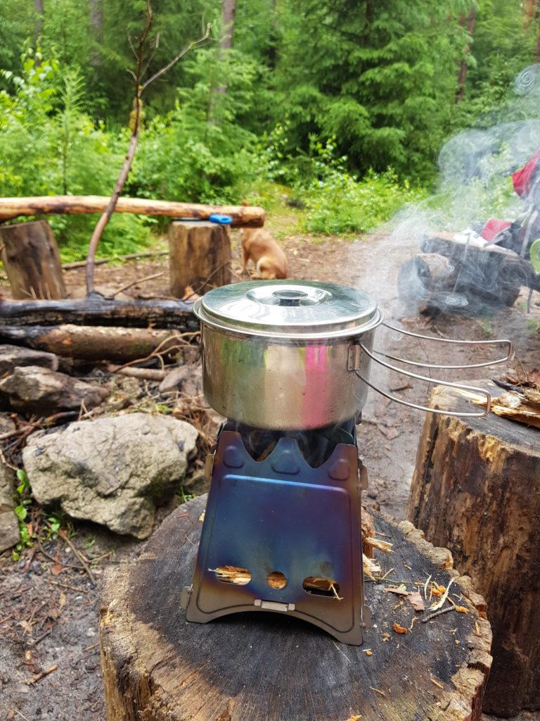 Mittagessen mit Holzkocher